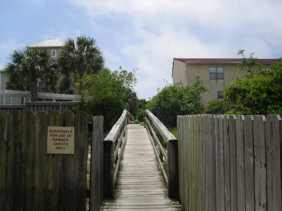 Quality Inn & Suites: Walkway to the beach