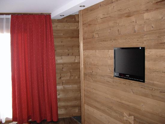 Arosa Vetter Hotel : Bathroom located without door behind tv wall