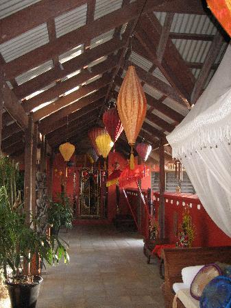 Mai Tai Resort: Hallway to Rooms