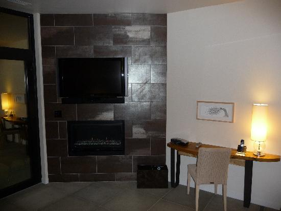 Bardessono: Flat-screen TV and gas fire place (both made annoying noises, unfortunately)
