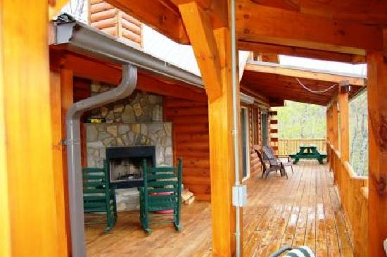 Lands Creek Log Cabins: Fire place off the master bed room
