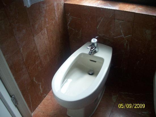 ฮิลตั้น แมนแฮตตัน อีสท์ โฮเต็ล: the bidet in the bathroom
