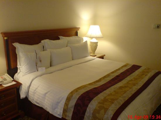 bett im hotelzimmer bild von leipzig marriott hotel leipzig tripadvisor. Black Bedroom Furniture Sets. Home Design Ideas