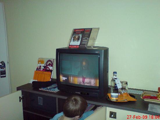 Mercure Hotel Köln West: TV und Minibar im Zimmer