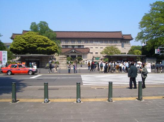 Museo Nacional de Tokio: Front of Honkan building, ticket stand on right