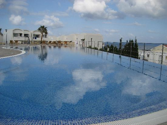 Theo Sunset Bay Holiday Village: The infinity pool