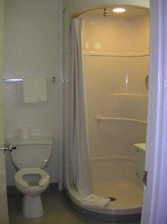 Motel 6 Des Moines South - Airport: Toilet and Shower