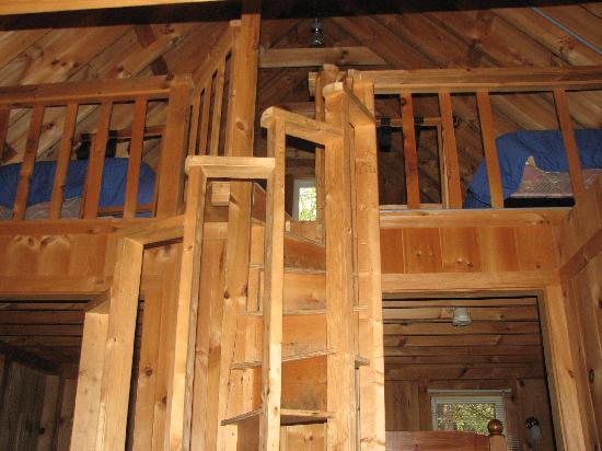 CrossRoads Inn & Cabins: Loft with three twin Beds