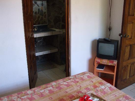 هوتل فيلا كريول: inside bedroom w/ doors to bathroom or kitchen area