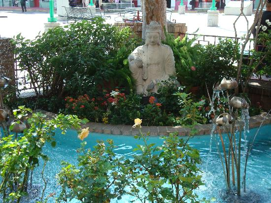 Chinatown : Fountain in China Town Shopping Center