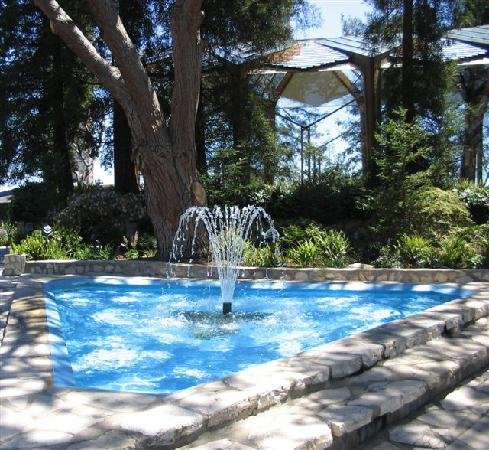 Glass Church / Wayfarers Chapel: Fountain surrounded by stately trees