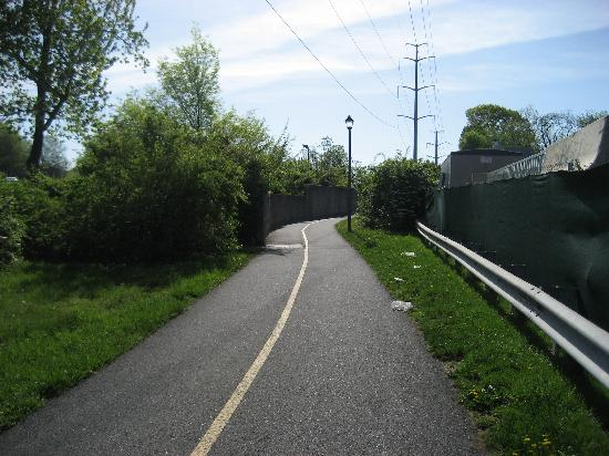 Econo Lodge Metro : The Bike Path to the Metro