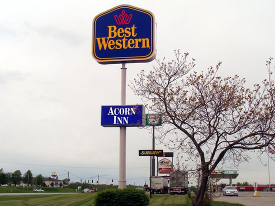 GuestHouse Acorn Inn: Best way to enter motel is to cross the truck stop parking lot.