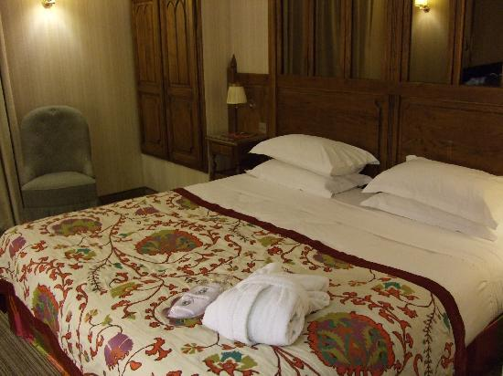 Au Manoir Saint Germain De Pres: Room #14 with King size bed