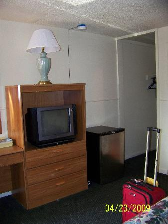 Desert Hills Motel: TV and fridge.