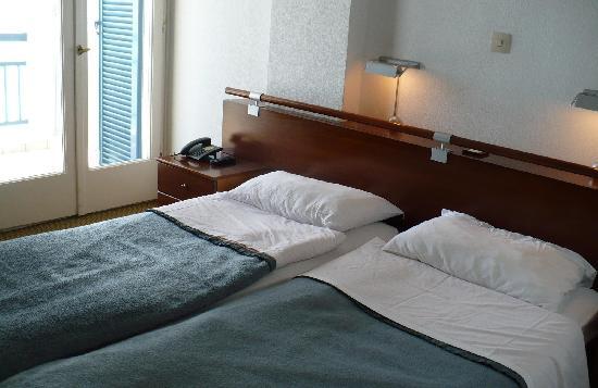 Ammon Zeus Hotel: The beds and balcony door
