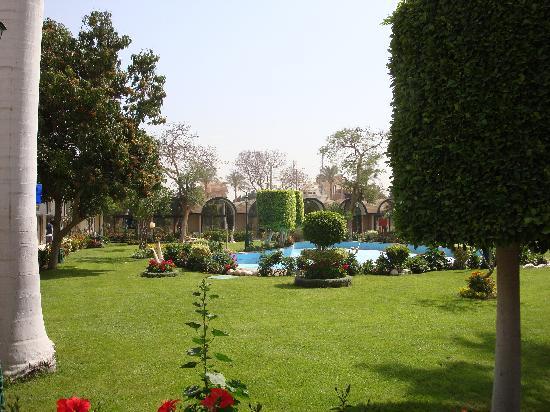 โรงแรม โอเอซิส: One of many courtyards