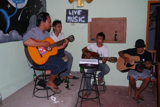 Warung Dolphin: Every evening live music
