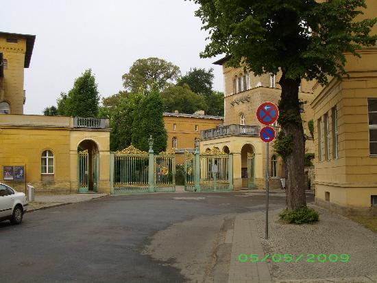 Steigenberger Hotel Sanssouci: Gate to Sanssouci as seen from hotel sidewalk