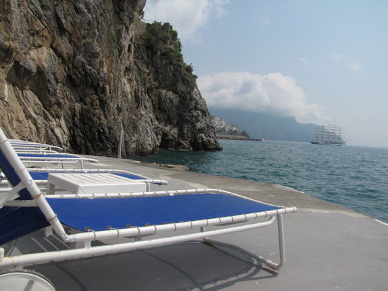 Amalfikysten, Italien: Pool by the ocean at the hotel