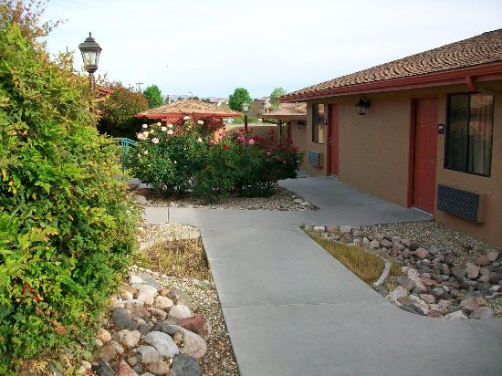 BEST WESTERN Cottonwood Inn: Rose garden walkway to casitas