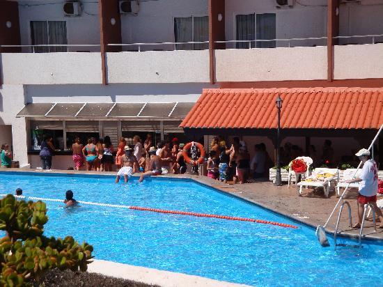 Catalonia Punta del Rey: Pool bar queues at Easter