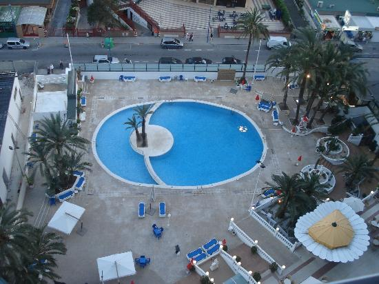 Hotel Marina Resort Benidorm: pool view from room