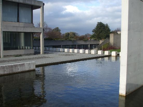 IMI Residence Dublin: Water feature near entrance