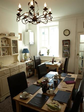 Caerleon, UK: Cheery Breakfast Room