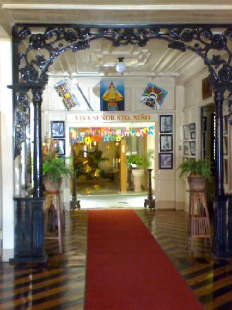 Hotel Alejandro: Through and through entrance