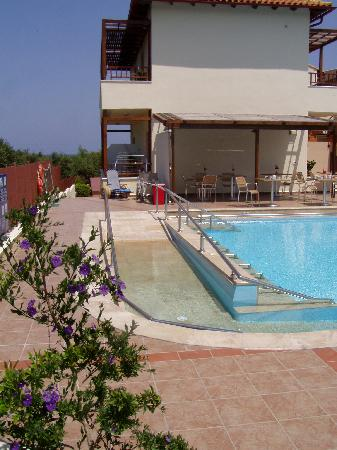 Eria Resort Hotel for Disabled People: Pool wheelchair ramp