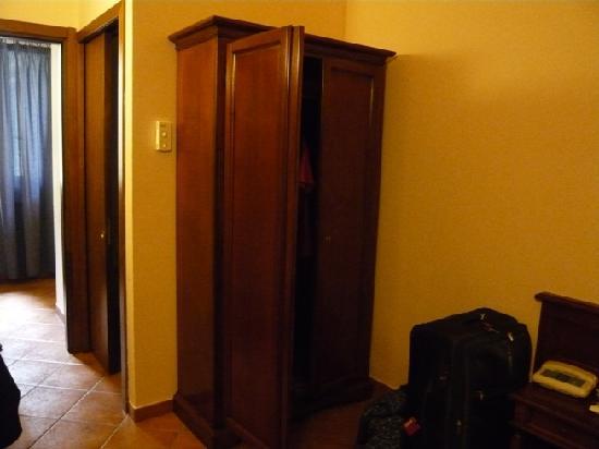 Hotel Balcony: nice big cupboard