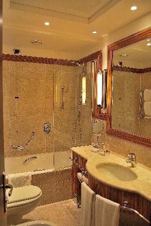 luxe dans la salle de bain picture of starhotels. Black Bedroom Furniture Sets. Home Design Ideas
