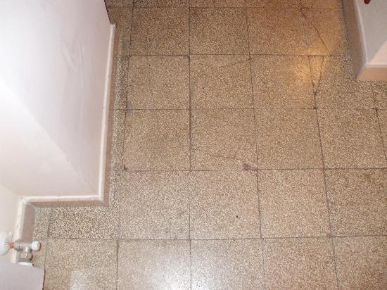 Valentini Bed and Breakfast: pavimento rotto...
