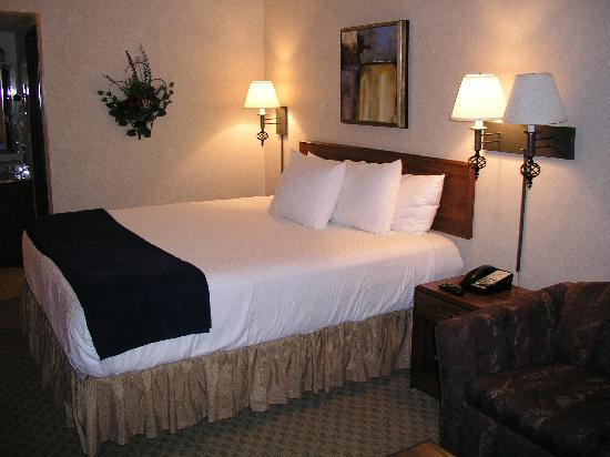 Best Western InnSuites Yuma Mall Hotel & Suites: bed