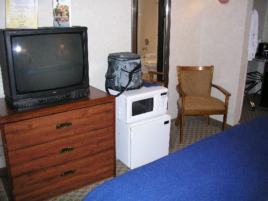 Best Western InnSuites Yuma Mall Hotel & Suites: tv-microwave-refrigerator