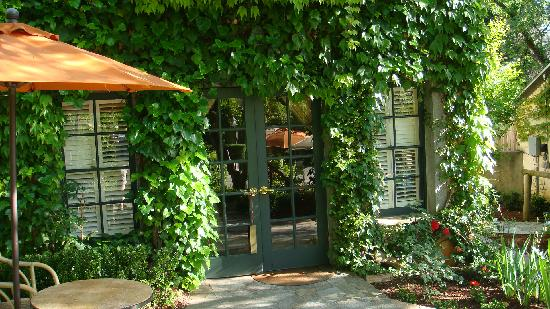 Kenwood Inn and Spa: Entrance to our bungalow / villa