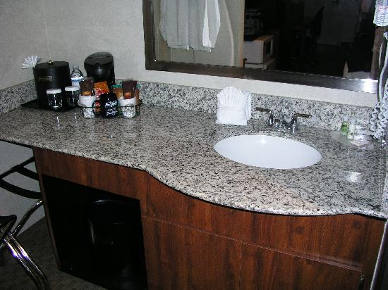 Best Western InnSuites Yuma Mall Hotel & Suites: bathroom sink area