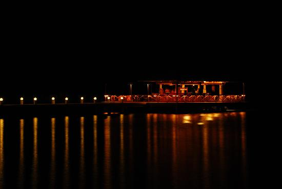 El Rio y Mar Resort: Makoy's Turf!! The bar at night