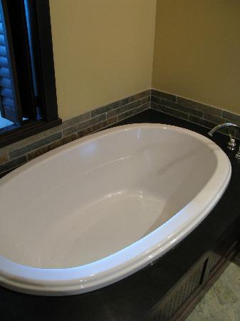 Nita Lake Lodge: Huge bathtub.. bring your bubble bath