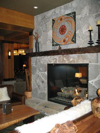 Nita Lake Lodge: Fireplace in Lakeside Lounge