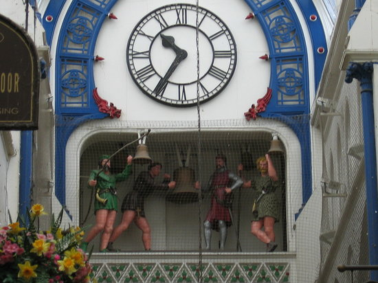 Лидс, UK: Robin Hood mechanical clock - be there on the hour!