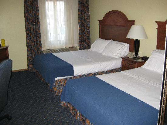 Holiday Inn Express Bemidji: The two very uncomfortable double beds