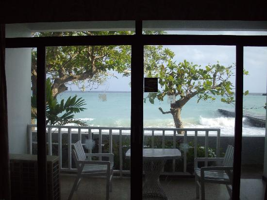 Crystal Ripple Beach Lodge : Our view from inside the room