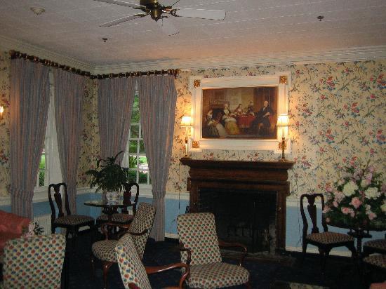 Mount Vernon Inn Restaurant: Waiting area in the Mt. Vernon Inn Restaurant