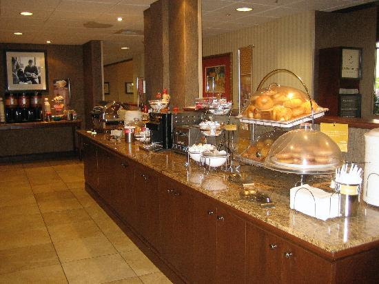 Hampton Inn & Suites Alexandria Old Town Area South: Breakfast Buffet