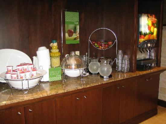 Hampton Inn & Suites Alexandria Old Town Area South: Fruit and Yogurt Bar