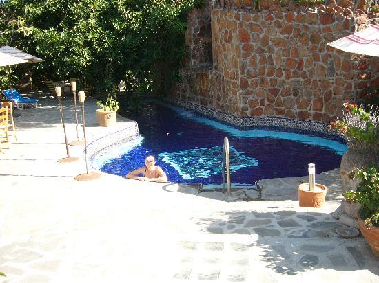 Casa Bentley: Pool and fountain