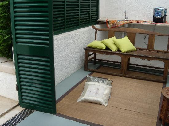 Cascais Beach Hostel : small passing room near the pool