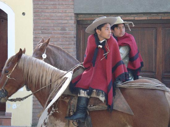 Chicoana, อาร์เจนตินา: des gauchitos avec des ponchos traditionnels